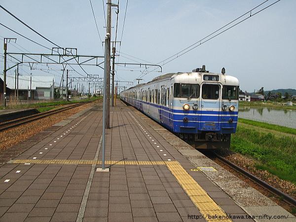 帯織駅に到着する115系電車