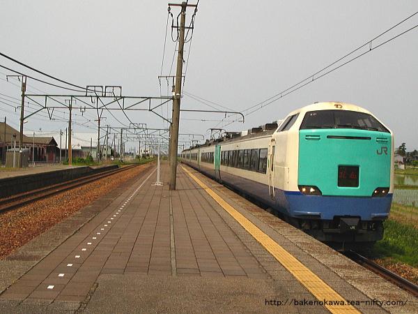 帯織駅に進入する485系電車特急「北越」
