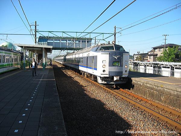 帯織駅を通過する583系電車急行「きたぐに」
