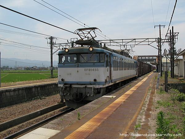 押切駅を通過するEF81形電気機関車牽引の貨物列車その1