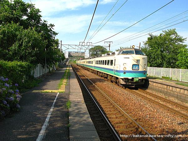 田上駅を通過する485系電車特急「北越」