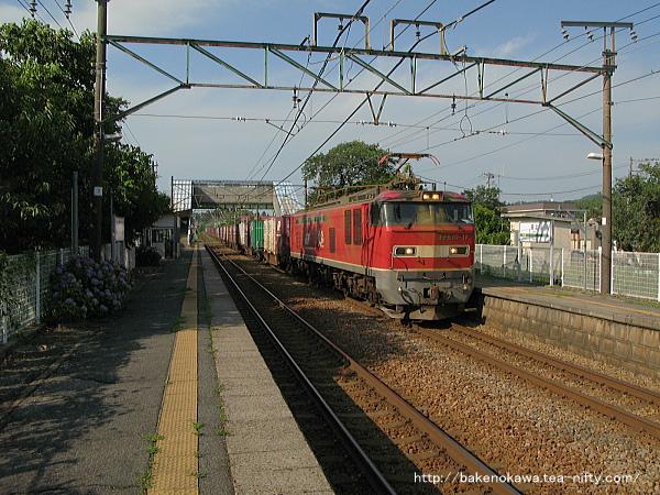 田上駅を通過するEF510形電気機関車牽引の貨物列車