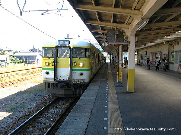 燕駅に到着した115系電車Y編成