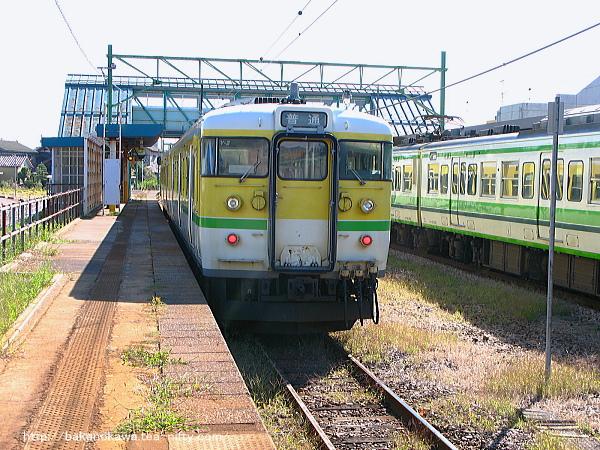 燕駅に停車中の115系電車Y編成