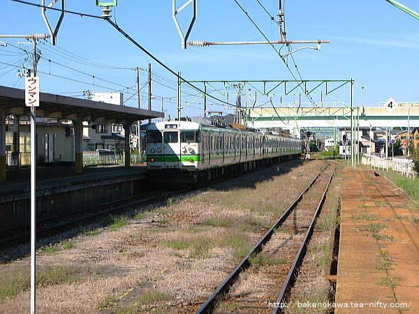燕駅を出発した115系電車