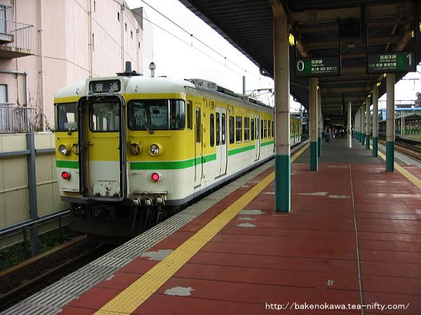 東三条駅で待機中の弥彦線用115系電車
