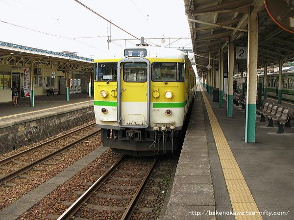 東三条駅に停車中の115系電車その2