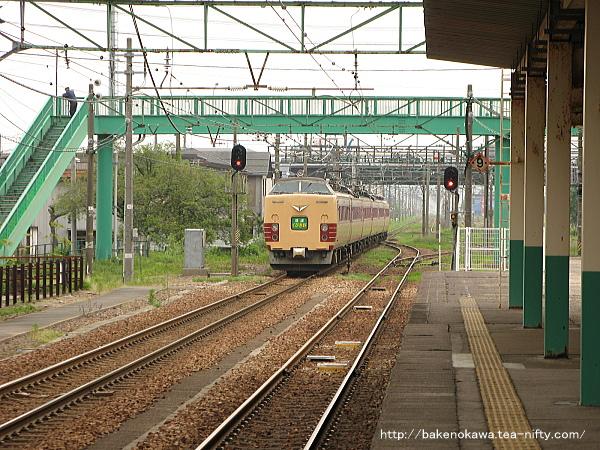 東三条駅を出発する485系電車快速「くびき野」その2