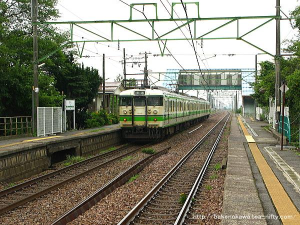 保内駅を出発する115系電車