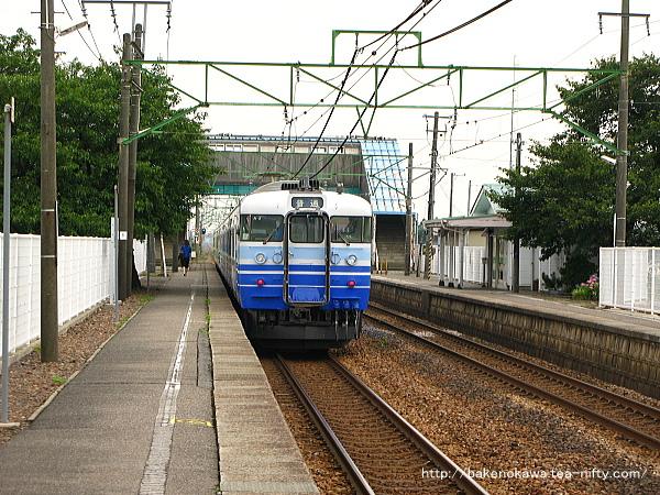 東光寺駅に停車中の115系電車