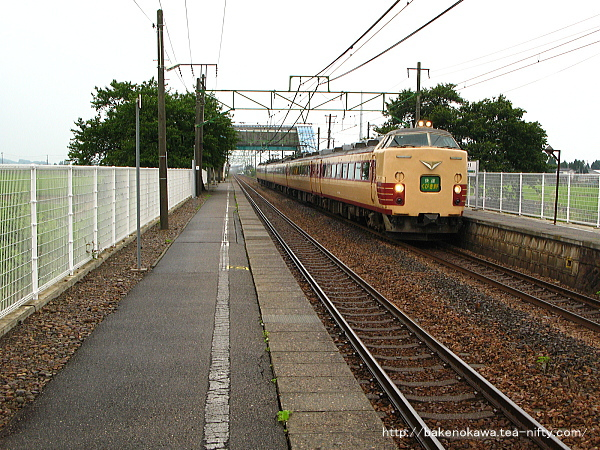 東光寺駅を通過する485系電車快速「くびき野」