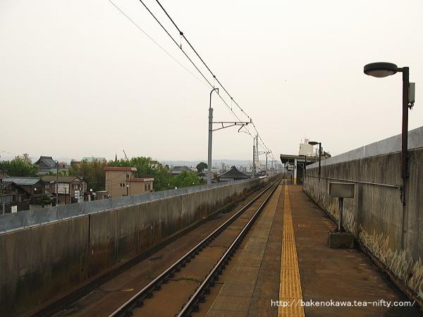 ホーム燕三条方から見た北三条駅構内