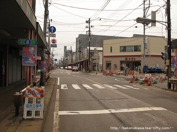 本町を走る高速バスと路線バス越後交通の路線バス