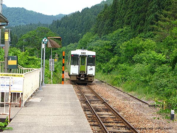 越後片貝駅を出発したキハ110気動車