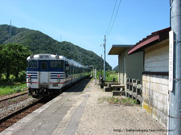 越後大島駅を出発する快速「べにばな」