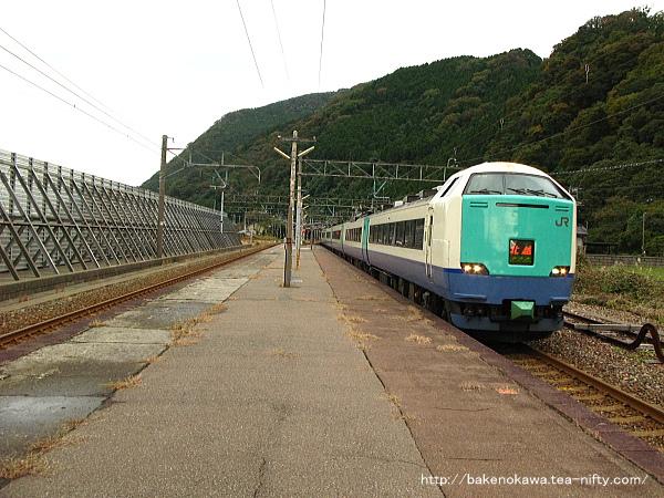 市振駅を通過する485系電車特急「北越」その2