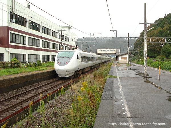 梶屋敷駅を通過する特急「はくたか」