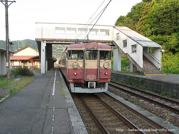 梶屋敷駅に停車中の475系電車その2