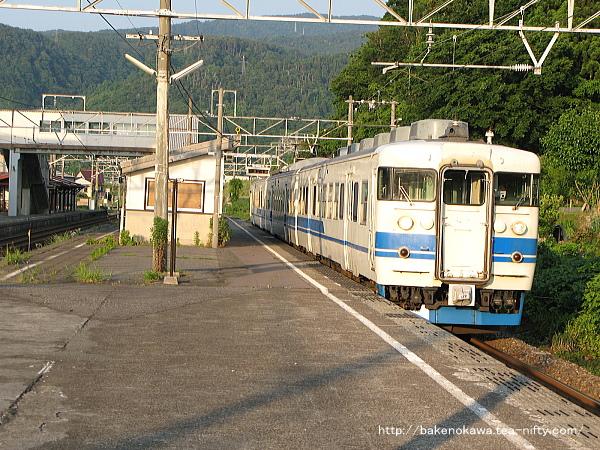 梶屋敷駅を出発する413系電車