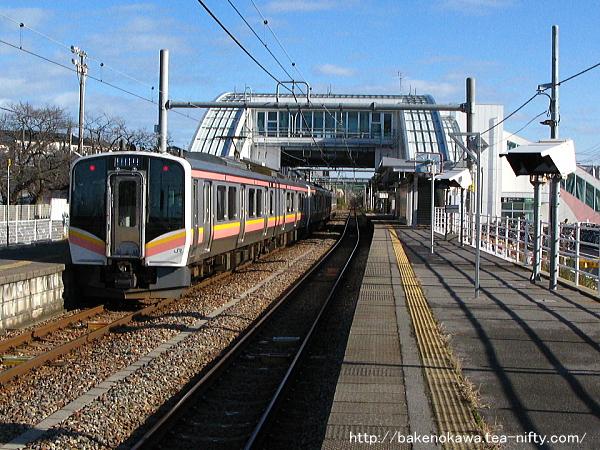 内野駅二番線で折り返し待機中のE129系四連
