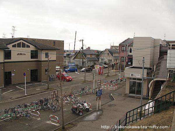 ホーム上から駅前を見下ろす
