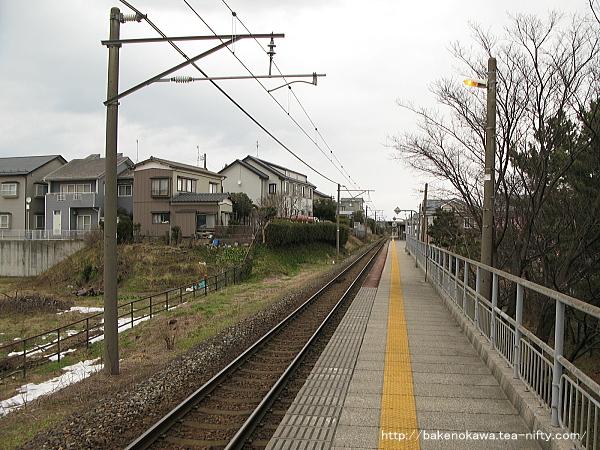 ホーム内野方から見た新潟大学前駅構内