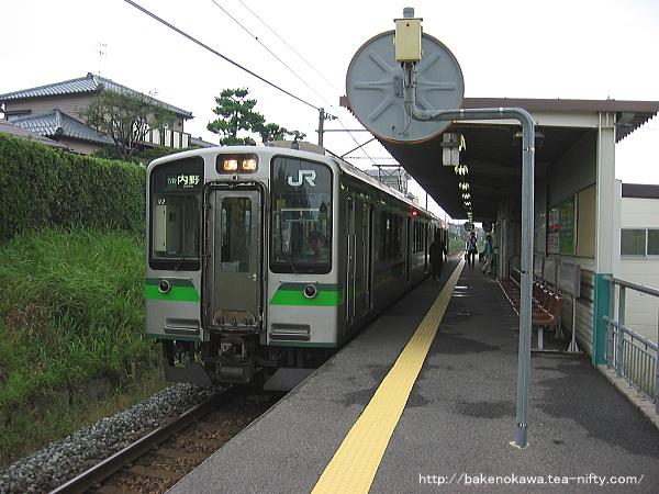 新潟大学前駅に停車中のE127系電車