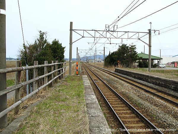 西口側ホーム村上方から岩船町駅方を見通す