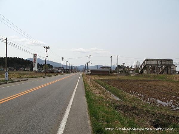 羽越本線と並走する国道7号線