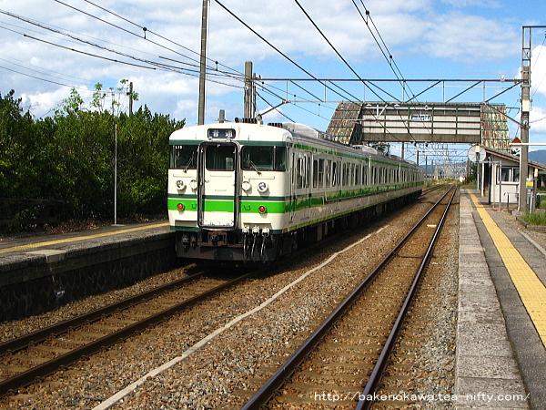 平林駅に停車中の115系電車