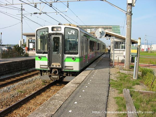 平林駅に停車中のE127系電車