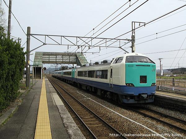 平林駅を通過する485系R編成の特急「いなほ」
