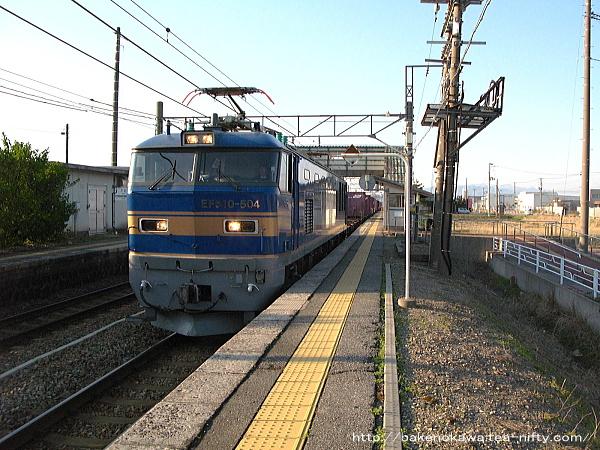 平林駅を通過するEF510形電気機関車牽引の上り貨物列車