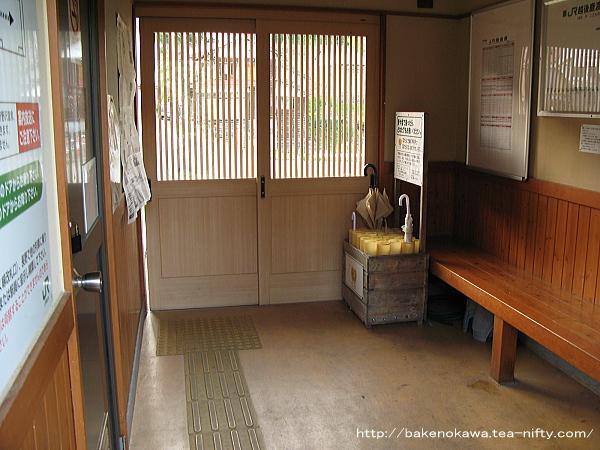 越後鹿渡駅の待合室内部