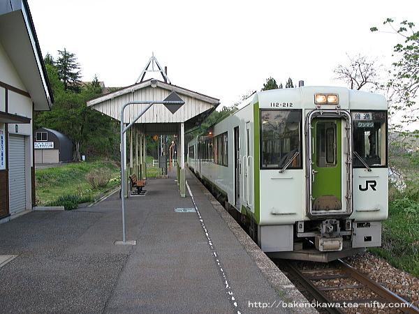 越後鹿渡駅を出発するキハ110系気動車