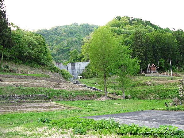 鹿渡集落の山側に見えるおそらくは砂防ダム