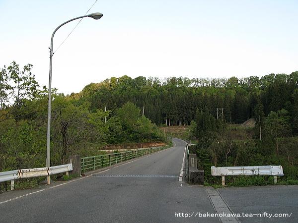鹿渡地区から国道117号線へ通じる橋の様子
