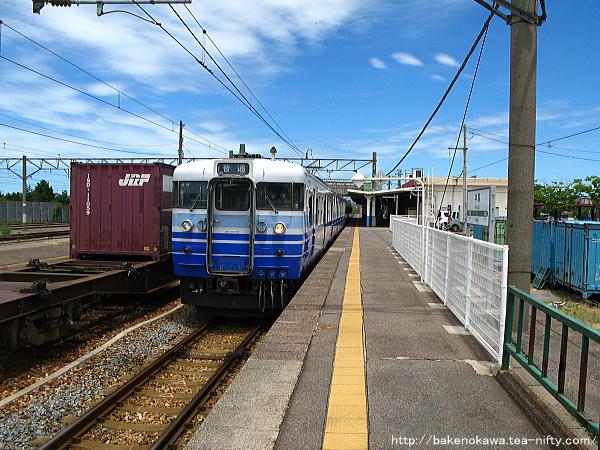中条駅から出発する115系電車