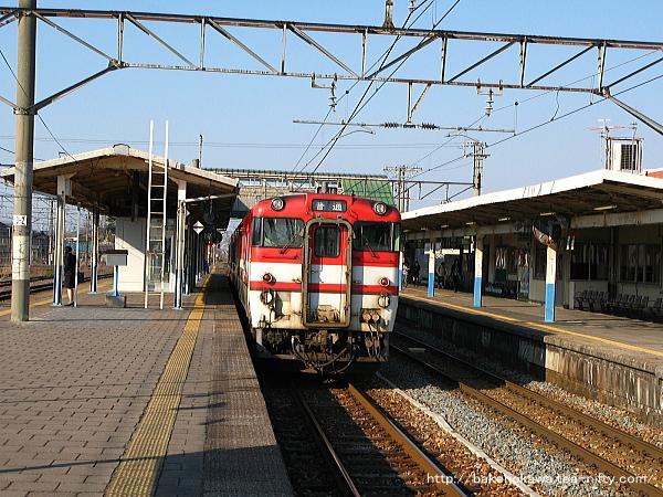 中条駅で特急退避待機中のキハ40系