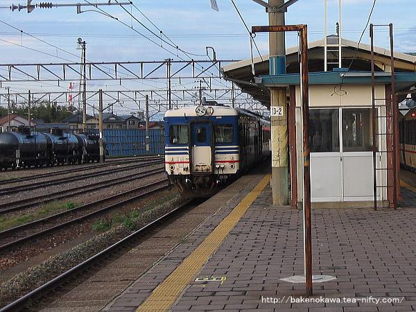 中条駅に停車中のキハ52形気動車
