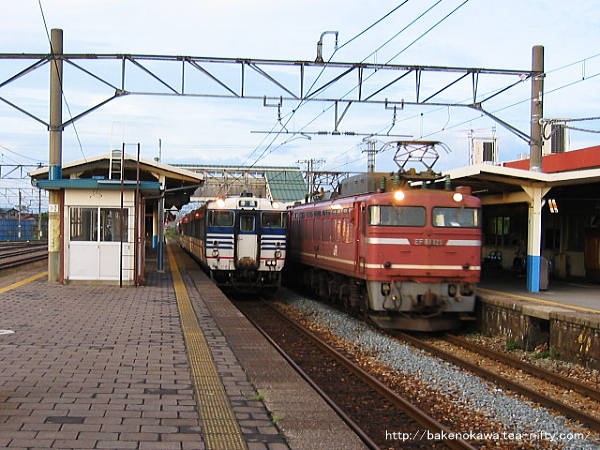 中条駅を通過するEF81形電気機関車牽引の貨物列車