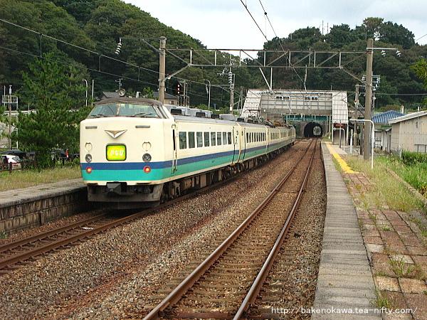 勝木駅を通過する485系電車特急「いなほ」その二
