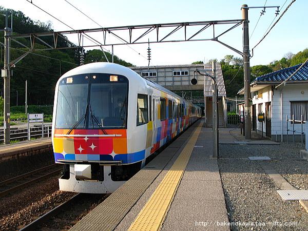 勝木駅に到着した快速「きらきらうえつ」