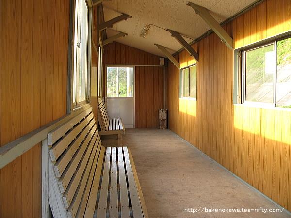 島式ホーム上の待合室