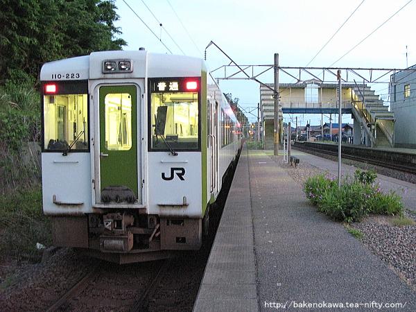 桑川駅に到着したキハ110系気動車