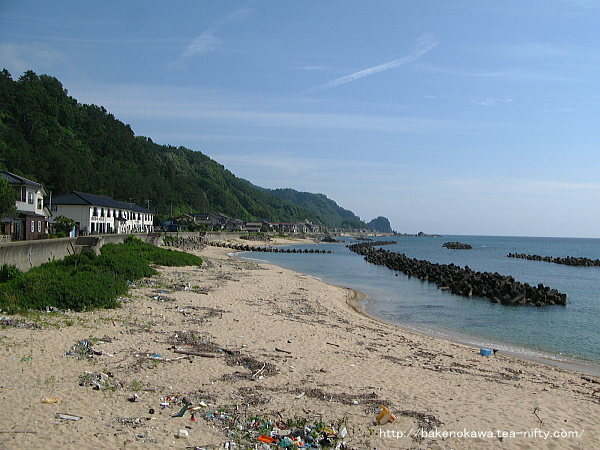 桑川漁港手前の砂浜から見た桑川駅方面