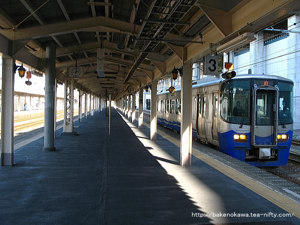 糸魚川駅に入線する泊行ET122系気動車