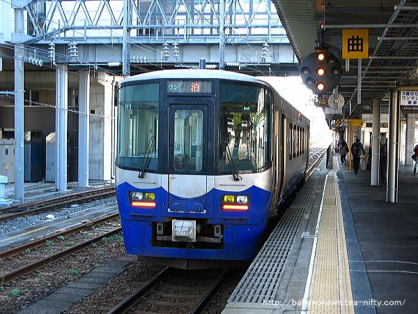 糸魚川駅に停車中の泊行ET122系気動車