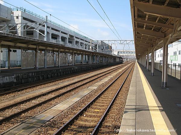 一番線梶屋敷方から見た橋上駅舎化以前の糸魚川駅構内