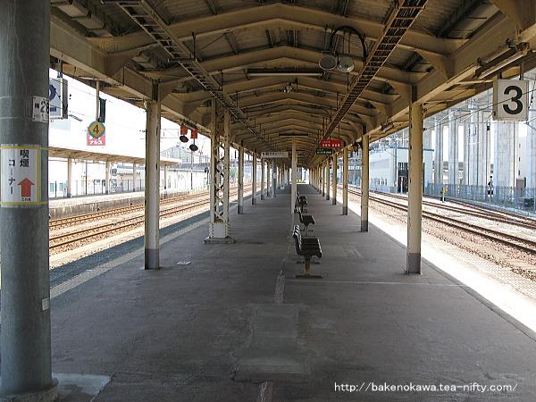 橋上駅舎化以前の糸魚川駅島式ホーム上屋下の様子